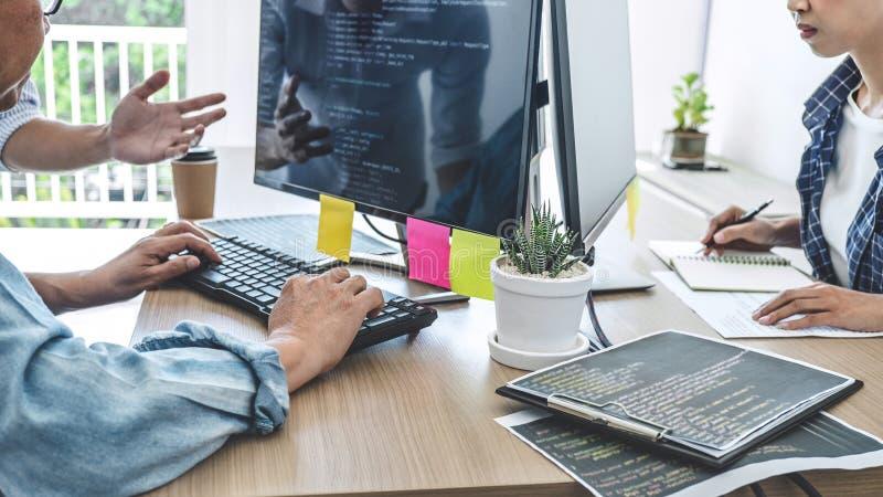 Het groepswerk van professionele programmeurs die bij het Ontwikkelen van programmering samenwerken en de website die in een soft royalty-vrije stock fotografie