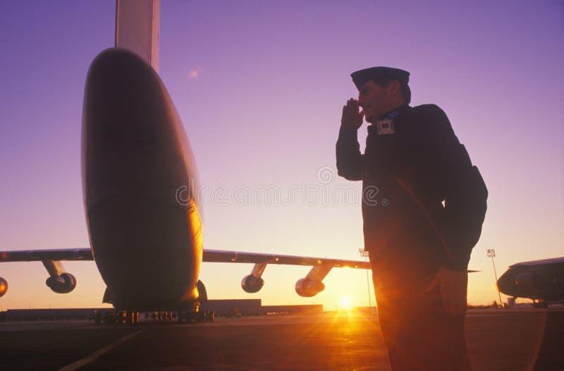 Het Groeten van de militair stock foto