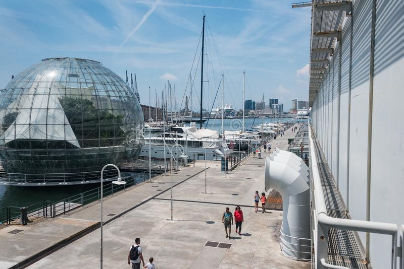 Het grootste aquarium in Europa Op de linkerkant - biosfeer groen huis royalty-vrije stock afbeelding
