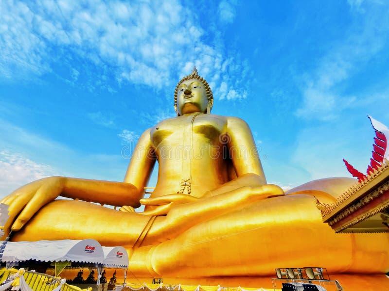 Het grootste beeld van zittingsboedha in Thailand in Wat Muang royalty-vrije stock fotografie