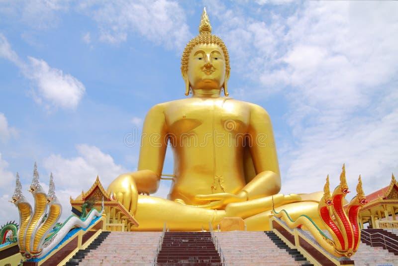 Het grootste gouden standbeeld van Boedha royalty-vrije stock foto's