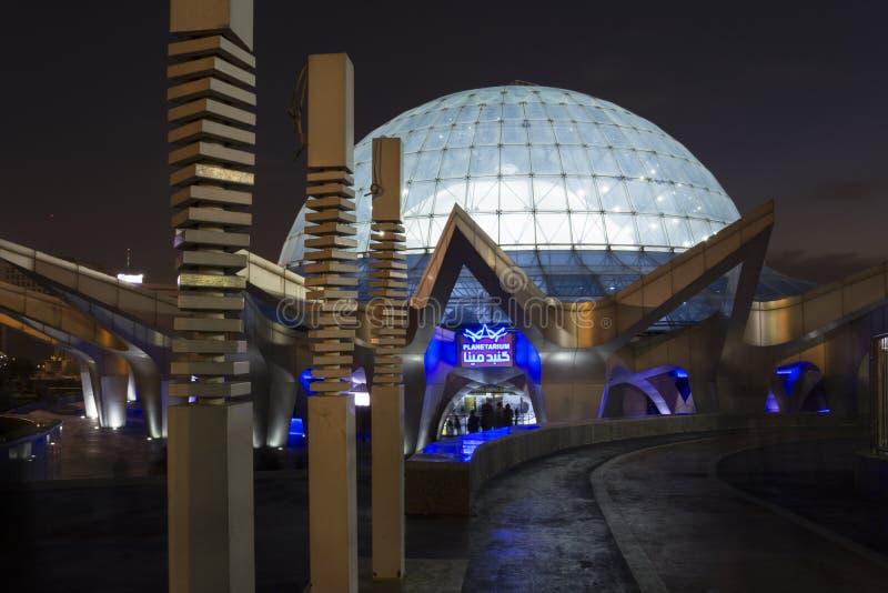Het grootste planetarium van het Midden-Oosten, Mina Dome In Night At-Water stock afbeeldingen