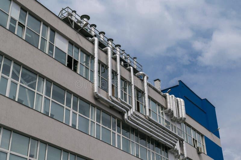 Het grote aantal metaalaluminium het door buizen leiden bevestigde aan de voorgevel van het gebouw stock foto