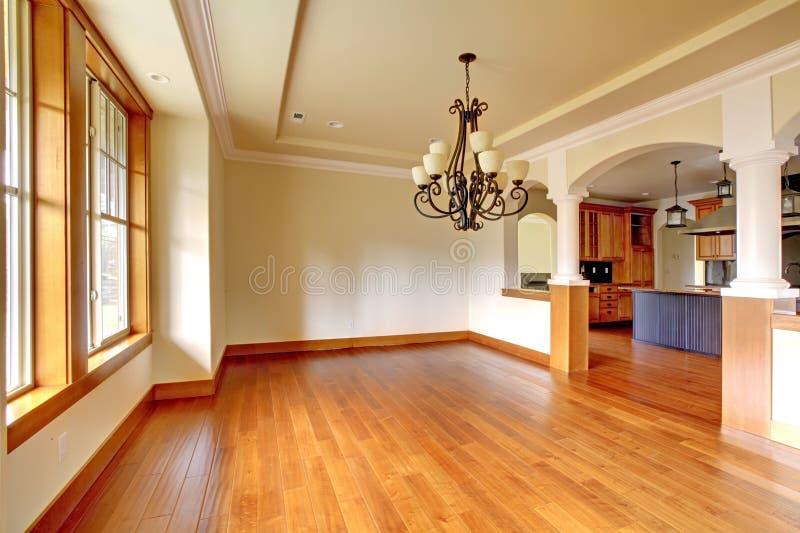 Het grote binnenland van de luxeeetkamer met keuken en boog. stock afbeeldingen