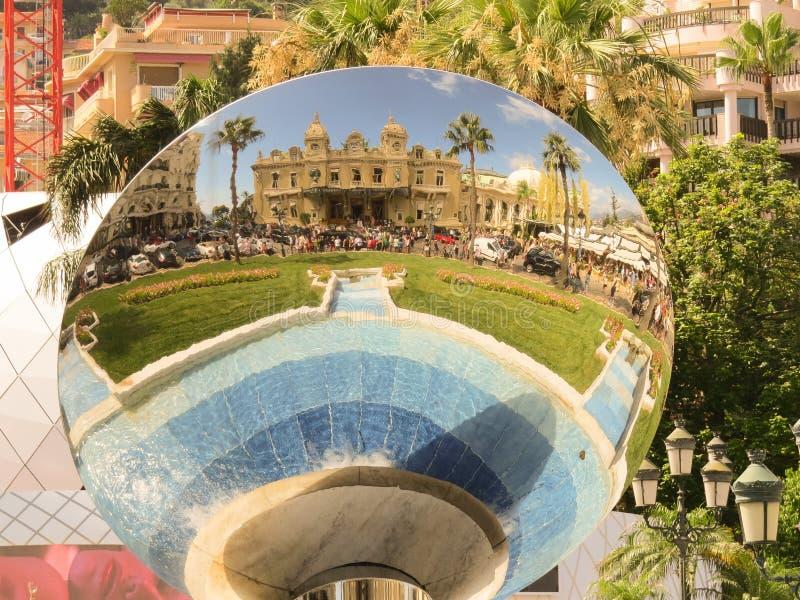 Het grote casino in Monte Carlo Bezinning in ronde spiegel stock afbeelding