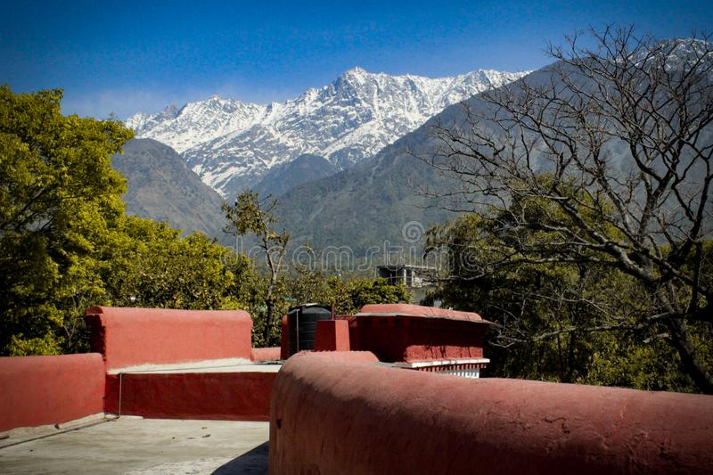 Het Grote die Himalayagebergte van een tibetan klooster wordt gezien stock afbeelding