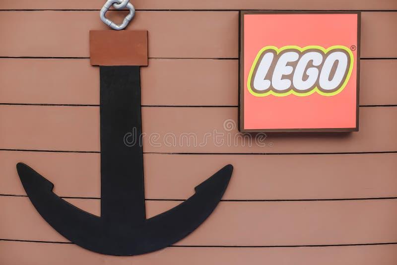 Het het grote embleem en anker van Lego in boot Lego is een lijn van plastic bouwspeelgoed dat door Lego Group wordt vervaardigd royalty-vrije stock foto's
