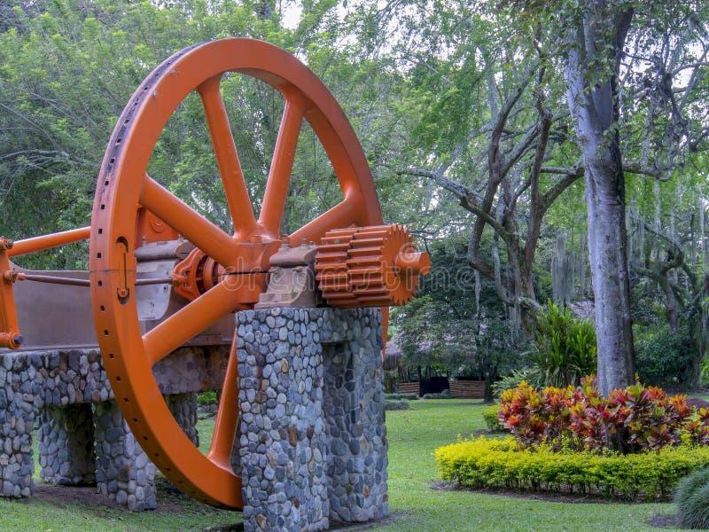 Het grote en oude wiel van de suikerrietmolen stock afbeeldingen