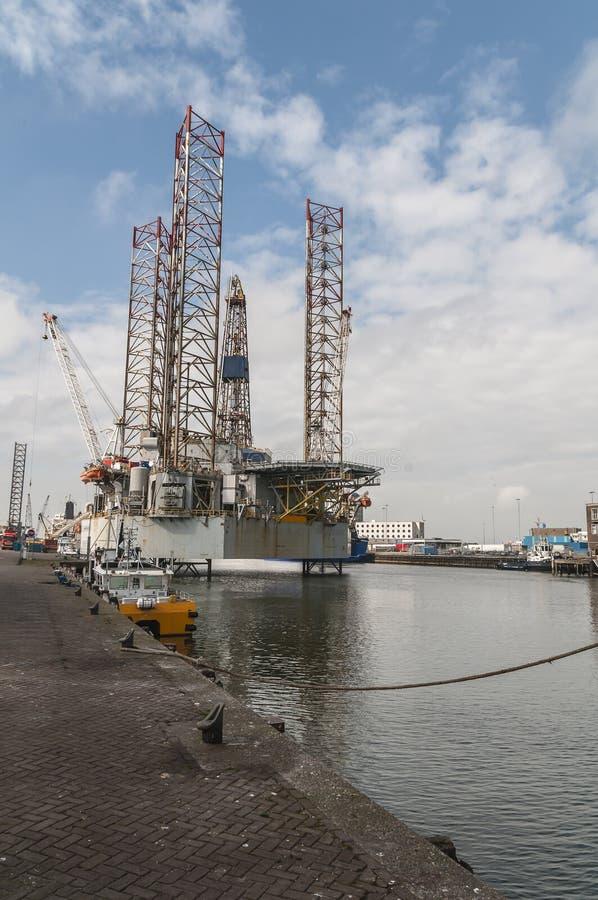 Het grote gedokte platform van de olieboring stock foto
