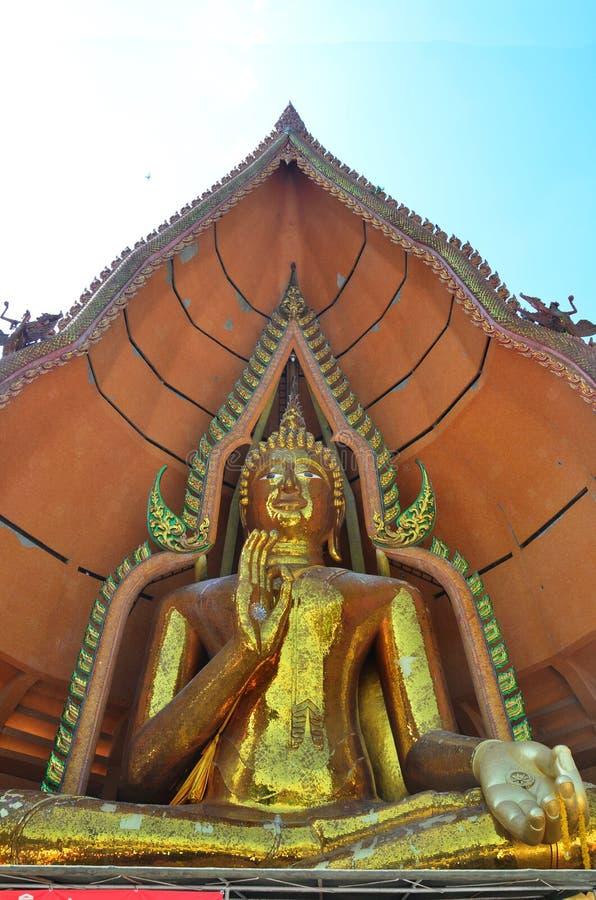 Het grote gouden standbeeld Tiger Cave Temple van Boedha of sua van Wat tham in Kanchanaburi Thailand royalty-vrije stock afbeeldingen