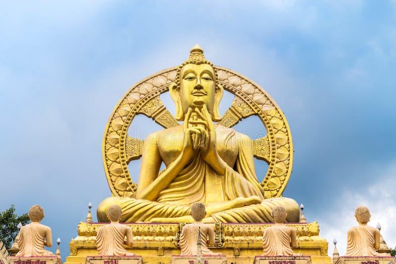 Het grote gouden standbeeld van Boedha met wiel van dhamma stock afbeelding