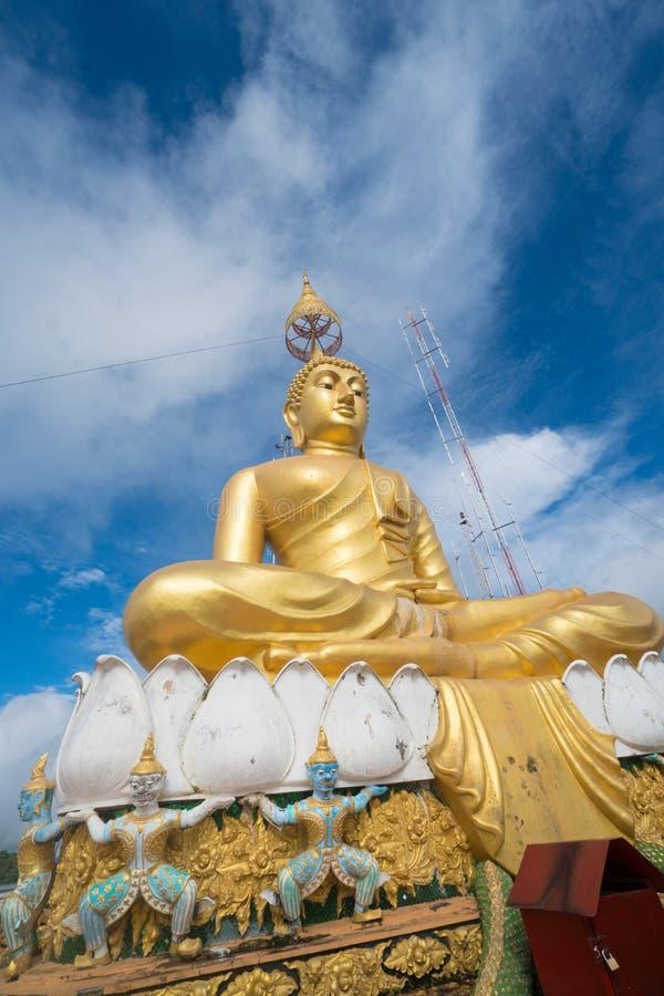 Het grote Gouden standbeeld van Boedha tegen blauwe hemel in Tiger Cave-tempel royalty-vrije stock afbeelding