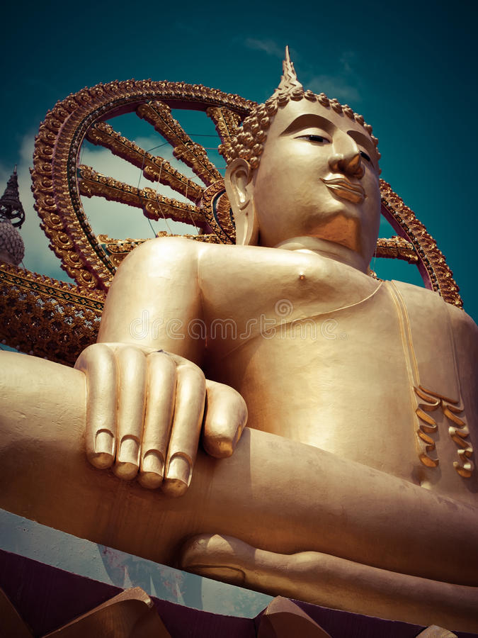 Het grote gouden standbeeld van Boedha. Thaikand royalty-vrije stock afbeelding