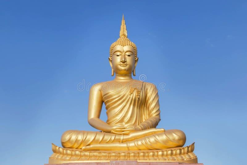 Het grote gouden standbeeld van Boedha in Thaise tempel royalty-vrije stock fotografie