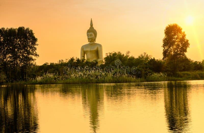 Het grote gouden standbeeld van Boedha in Wat Maung Temple stock afbeelding