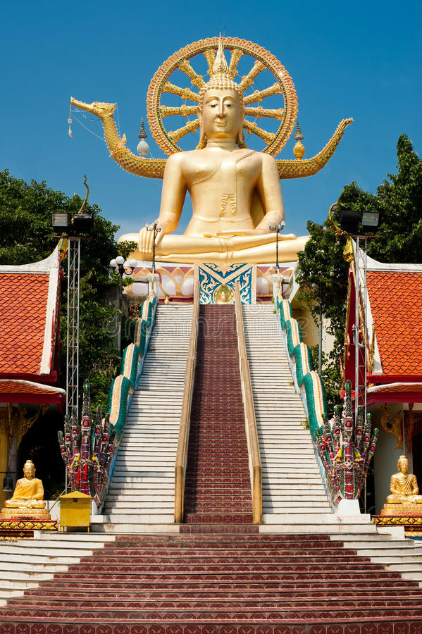 Het grote gouden standbeeld van Boedha in Wat Phra Yai Temple royalty-vrije stock fotografie