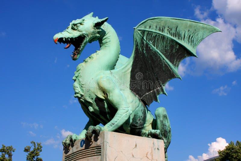 Het grote groene standbeeld van de Draakbrug in Ljubljana, Slovenië royalty-vrije stock afbeelding