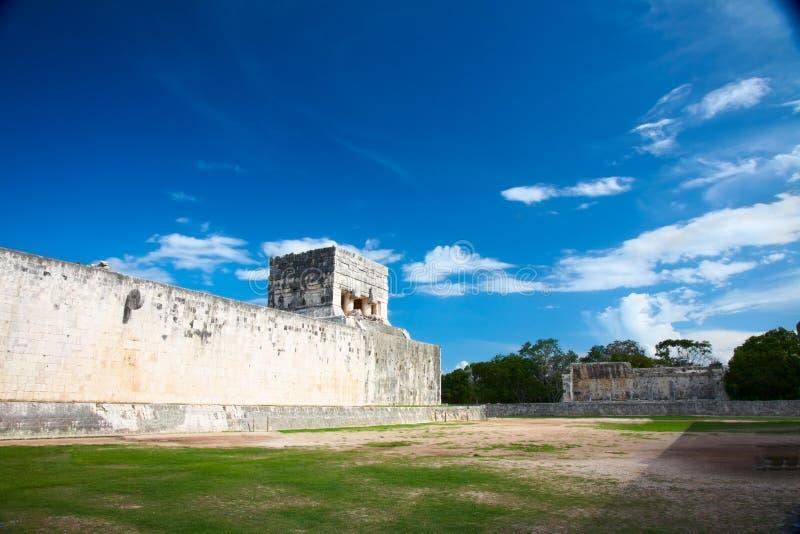 Het grote Hof van de Bal dichtbij Chichen Itza, Mexico stock foto's