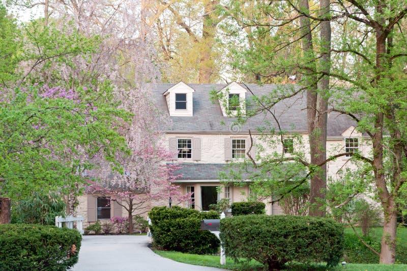 Het grote huis van de upscalefamilie in de voorsteden van Philadelphia stock afbeelding