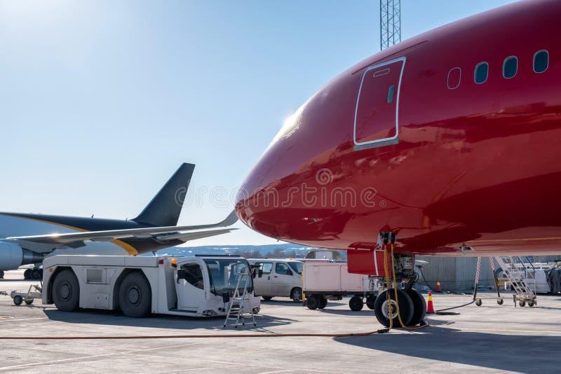 Het grote kopbalvliegtuig voorziet met vrachtwagen in terminal van brandstof royalty-vrije stock fotografie