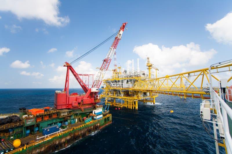 Het grote kraanschip die het platform installeren in zee, kraanaak die mariene zware liftinstallatie doen werkt stock fotografie