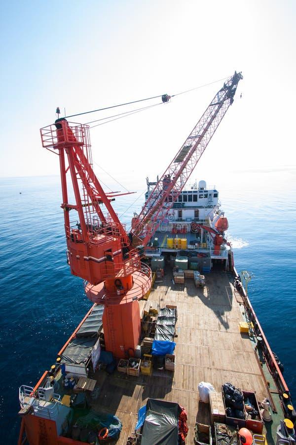Het grote kraanschip die het platform installeren in zee, kraanaak die mariene zware liftinstallatie doen werkt stock foto's