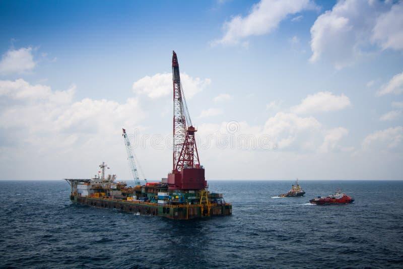 Het grote kraanschip die het platform installeren in zee, kraanaak die mariene zware liftinstallatie doen werkt in de golf royalty-vrije stock afbeelding