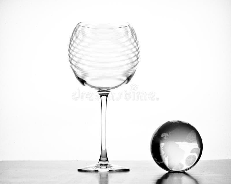 Het grote lege glas van het rode wijnkristal met bol stock foto's
