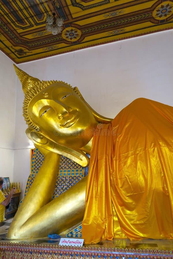 Het grote liggen gouden Boedha in een Tempel stock foto