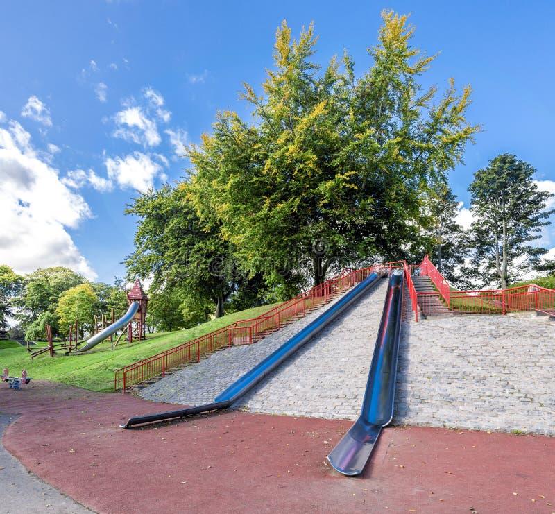 Het grote metaal glijdt bovenop een kleine heuvel bij de ingang aan Duthie-Park, Aberdeen stock afbeeldingen