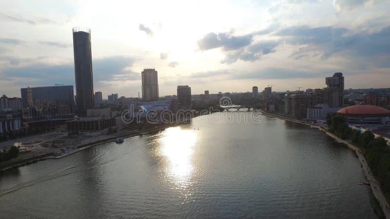 Het grote moderne stadscentrum bekeek hierboven van Mooi van lucht de meningsstad van Yekaterinburg met rivier, Rusland royalty-vrije stock afbeeldingen