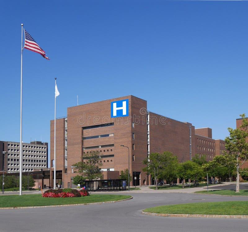 Het grote moderne ziekenhuis stock afbeelding