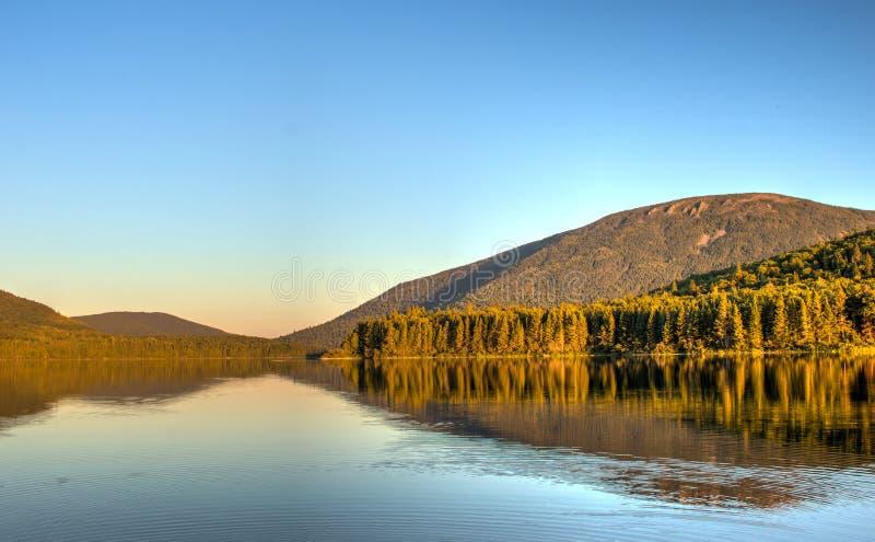 Het grote Nictau-Meer en zet Sagamook in New Brunswick op stock fotografie