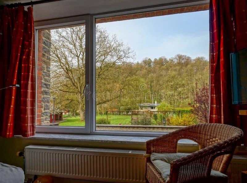Het grote nieuwe plastic venster van pvc, mening van de binnenkant aan de tuin stock afbeeldingen