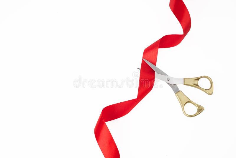 Het grote Openen Hoogste mening die van gouden schaar rood lint op witeachtergrond snijden stock afbeeldingen