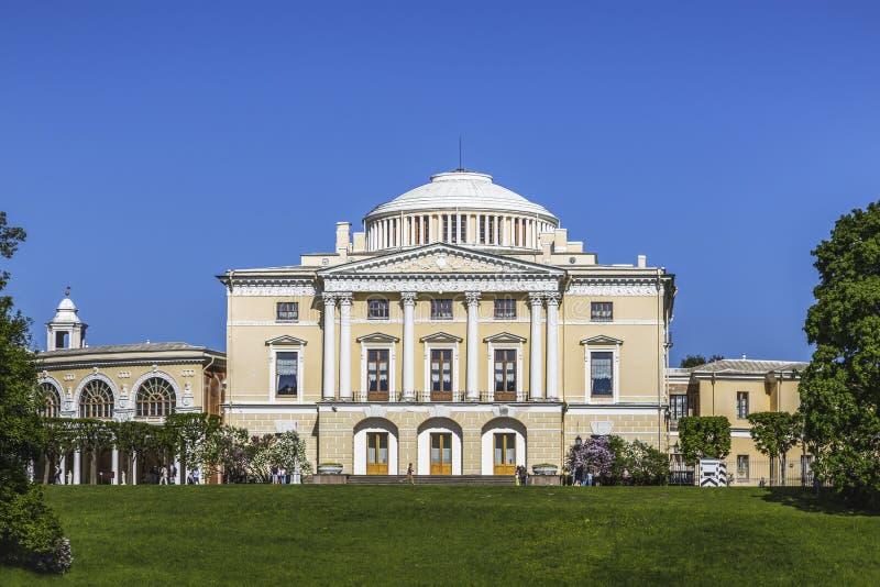 Het Grote Paleis van Pavlovsky Mening van de rivier Slavyanka Pavlovsk, St. Petersburg royalty-vrije stock afbeelding