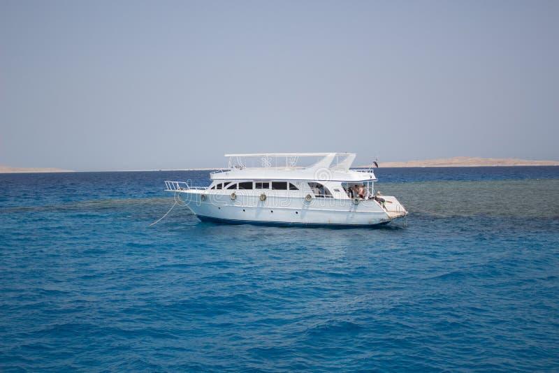 Het grote privé motorjacht aan de gang varen uit op tropische overzees royalty-vrije stock afbeelding