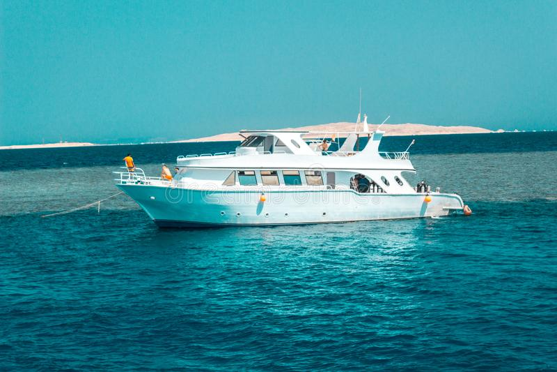 Het grote privé motorjacht aan de gang varen uit op tropische overzees royalty-vrije stock fotografie