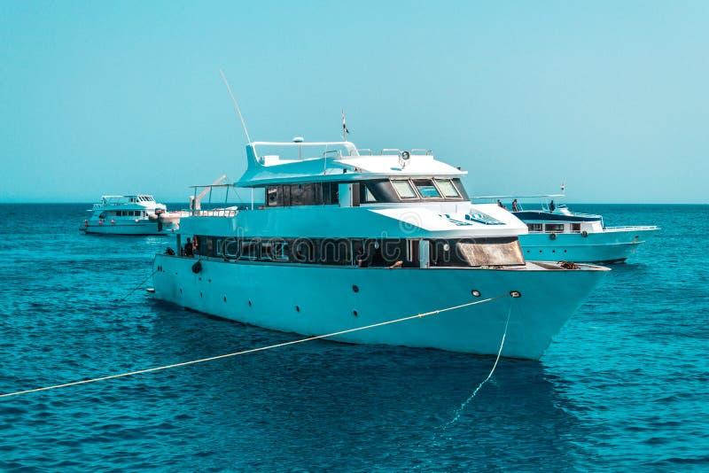 Het grote privé motorjacht aan de gang varen uit op tropische overzees royalty-vrije stock afbeeldingen