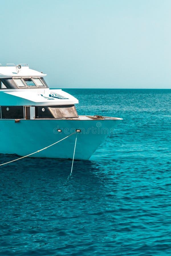 Het grote privé motorjacht aan de gang varen uit op tropische overzees stock afbeeldingen