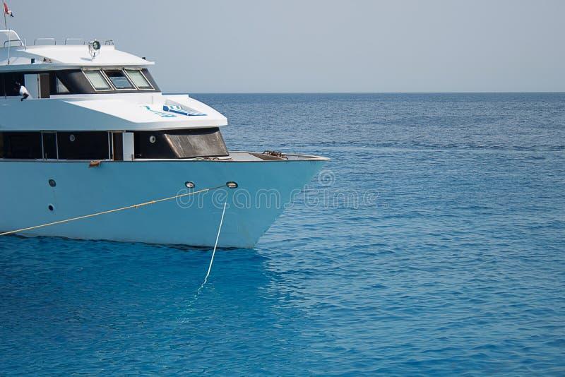 Het grote privé motorjacht aan de gang varen uit op tropische overzees royalty-vrije stock foto