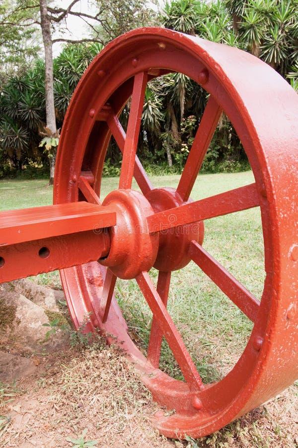Het grote rode wiel van de metaalwagen stock fotografie
