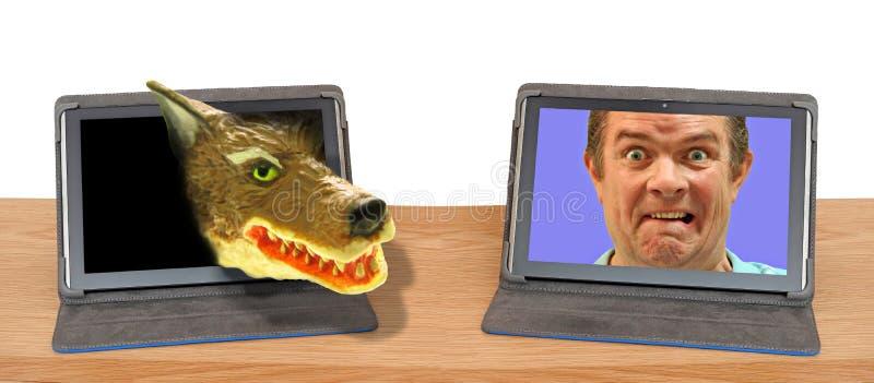 Het grote slechte slachtoffer die van het de aanvalsmisbruik van wolfs online Internet roofdier cyber intimideren royalty-vrije stock fotografie