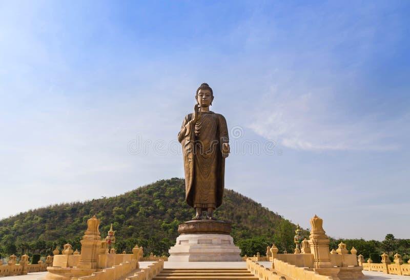 Het grote standbeeld die van bronsboedha zich in wat thipsukhontharam openbare Thaise tempel bevinden royalty-vrije stock foto