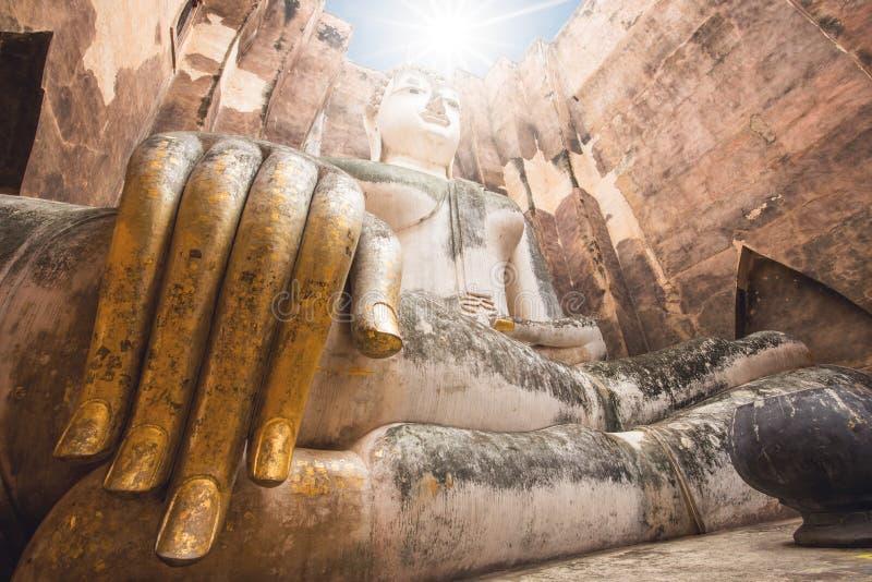 Het grote standbeeld van Boedha bij het historische park van Sukhothai Srichumtempel, Thailand royalty-vrije stock foto's