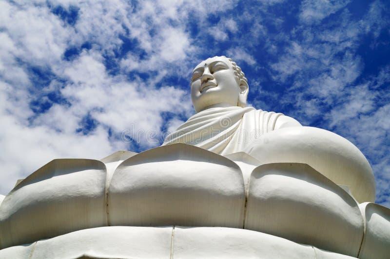 Het grote standbeeld van Boedha op hemel en wolkenachtergrond, Phuket, Thailand royalty-vrije stock afbeelding