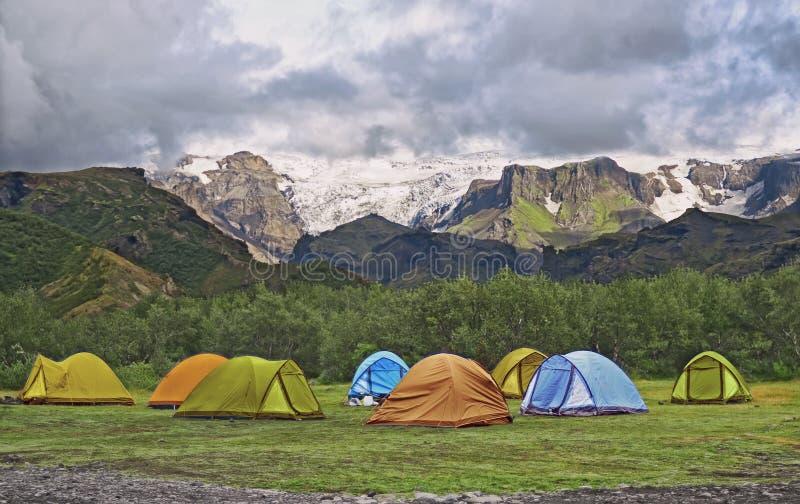 Het grote toeristenkamp wordt gevestigd in de vallei van het park dichtbij de gletsjer royalty-vrije stock foto