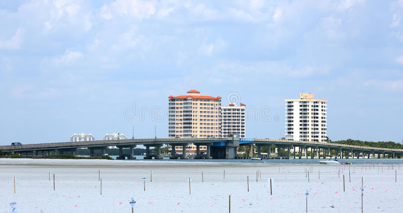 Het grote verbindende Fort Myers Beach van Carlos Pass Bridge aan Bonita Springs, Florida stock foto