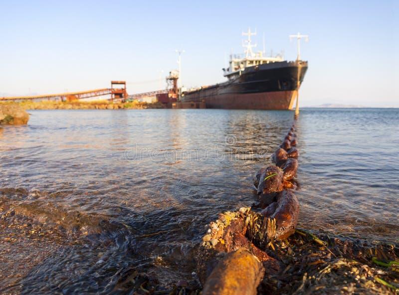 Het grote vrachtschip - bulk-carrier - wordt geladen in het Egeïsche overzees op het Griekse Eiland Evvoia, Griekenland stock foto