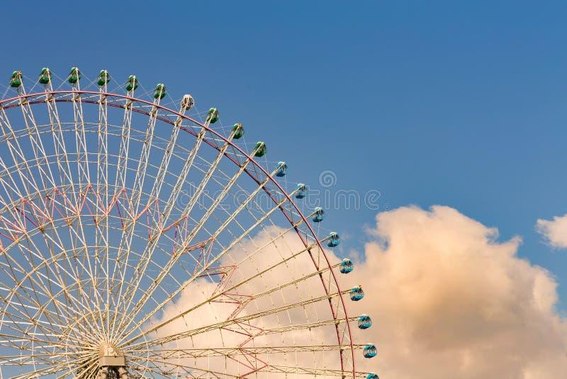 Het grote wiel van funfairferris met blauwe hemel royalty-vrije stock afbeeldingen